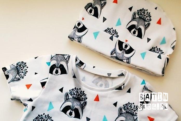 Детская шапочка и футболка с енотами