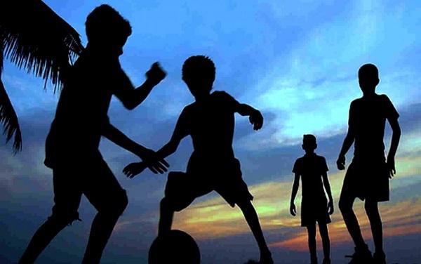 Дети играют в футбол - Батин Блог